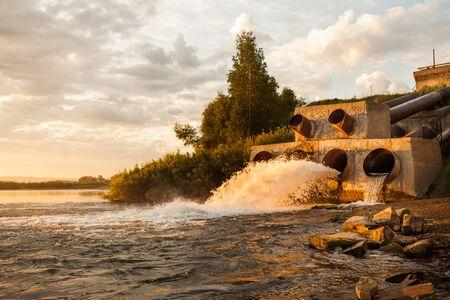 pollition medio ambiente. El agua sucia de las tuberías a río