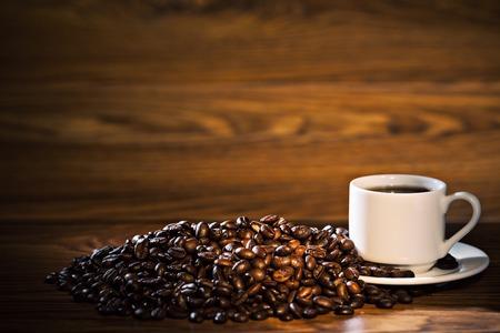 tazas de cafe: Taza de café y frijoles en la mesa