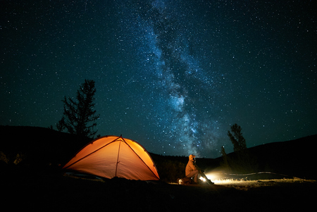 Tourist near his camp tent at night. 版權商用圖片 - 88677596