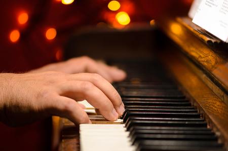Het spelen van piano, handen detail Stockfoto