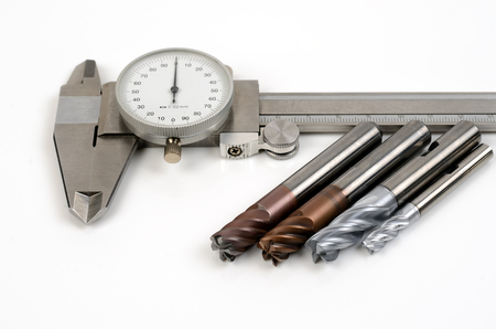 Metalen freesgereedschappen voor cnc-machine op een witte achtergrond