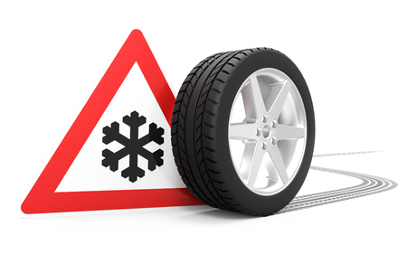 Señal de tráfico con el símbolo del invierno, neumático de coche con la pista aislada en la representación blanca del fondo 3D