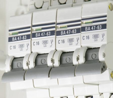 circuito electrico: disyuntores eléctricos electricidad en la casa