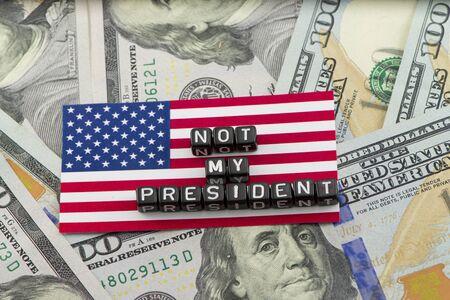 私の大統領ではなく」をスローガンに抗議 写真素材 - 67143322