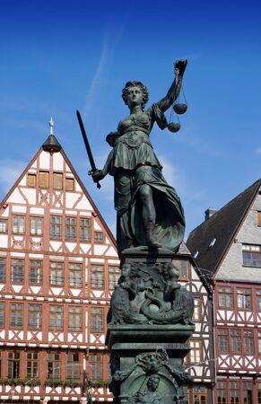 dama justicia: Estatua de la Se�ora Justicia en Frankfurt
