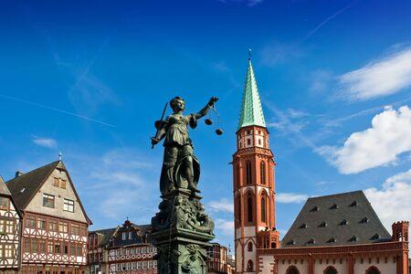 estatua de la justicia: Estatua de la Se�ora Justicia en Frankfurt la plaza central Foto de archivo
