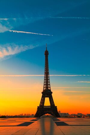 De Eiffel toren in Parijs bij zons opgang