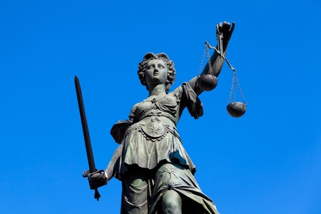 gerechtigheid: Standbeeld van Vrouwe Justitia in Frankfurt, Duitsland.