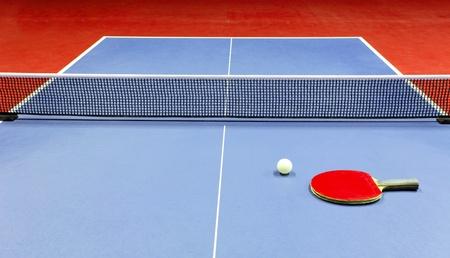 ping pong: Equipo para el tenis de mesa - raqueta, pelota, mesa