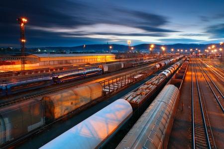 Cargo-verkehrsmitte mit den Zügen und Bahnen Standard-Bild