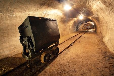 Tren subterráneo en la mina, los carros de la mina de oro, plata y cobre Banska Stiavnica - Eslovaquia