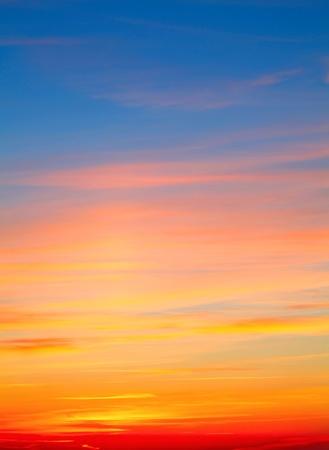 다채로운 빨간색 흰색 노란색 하늘 배경