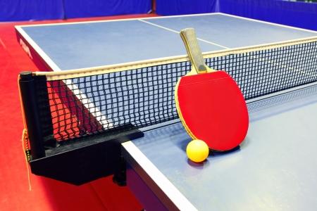 ping pong: Equipo para el tenis de mesa - raqueta, pelota, mesa, neto Foto de archivo