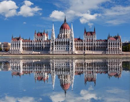 macar: Budapeşte - Tuna nehir yansıması ile Macar parlamentosu