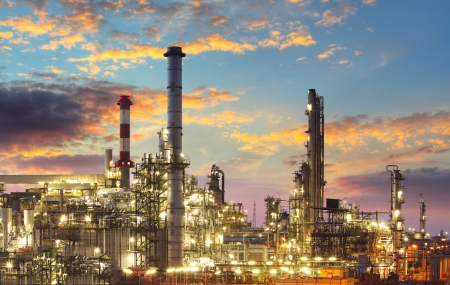 Olie raffinaderij bij schemering
