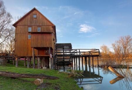molino de agua: R�o reflexi�n con molino de agua y el �rbol, Eslovaquia