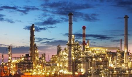 industria petroquimica: Sector de Petróleo y gas - refinería en el crepúsculo - fábrica - planta petroquímica Foto de archivo