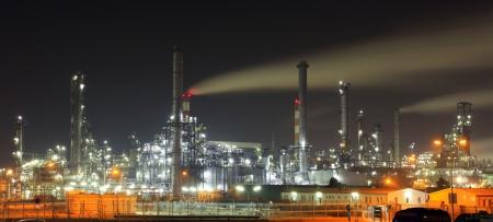 refiner�a de petr�leo: Sector de Petr�leo y gas - refiner�a en el crep�sculo - f�brica - planta petroqu�mica Foto de archivo