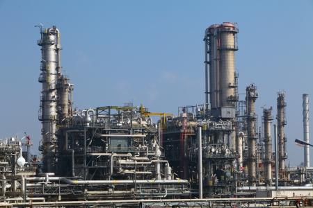 destilacion: Refinería de petróleo en el día