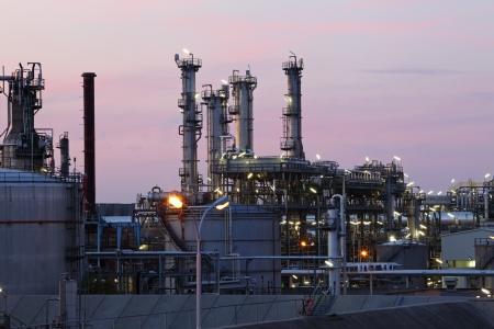 industria petroquimica: Petróleo y gas de refinería en el crepúsculo - fábrica petroquímica