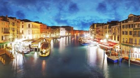 Venecia - Gran Canal desde el puente de Rialto, Italia photo