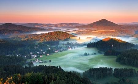 Sonnenaufgang in der schönen Berg Böhmische Schweiz mit Inversion