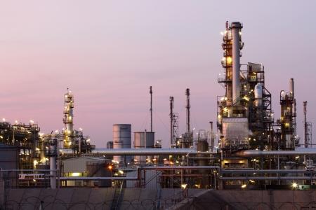 petrochemie industrie: Olie en gas raffinaderij bij schemering - Petrochemische fabriek Stockfoto
