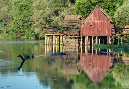 watermill: Primavera landscepe con molino de agua - Eslovaquia Foto de archivo