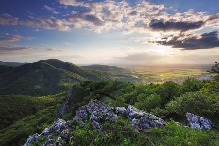 over the hill: Puesta de sol sobre la colina