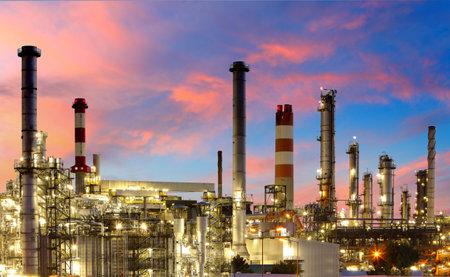 Öl-und Gas-Raffinerie in der Dämmerung Editorial