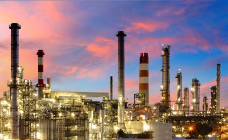 petrochemie industrie: Olie en gas raffinaderij bij schemering