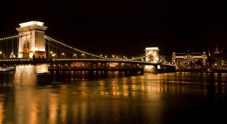 szechenyi: Budapest - Hungr�a noche el castillo de Buda y el Puente de las Cadenas Szechenyi sobre el Danubio en Budapest, Hungr�a