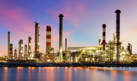 Oil refinery industrial plant at night Imagens