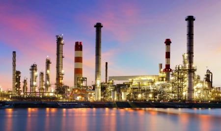 Olieraffinaderij industriële fabriek in de nacht