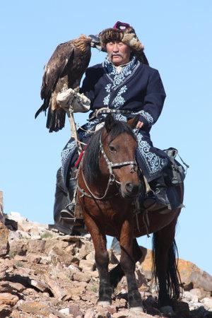 horseman: MONGOLIA - 25 luglio Il cavaliere mongolo anziano in abiti tradizionali con aquile dorate durante il festival di nome The Golden Eagle Festival 25 luglio 2011, la Mongolia