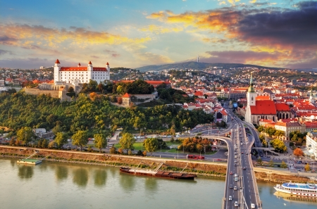 Bratislava bij zonsondergang - luchtfoto, Slowakije