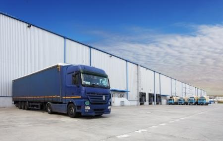 창고 건물에서 트럭 스톡 콘텐츠