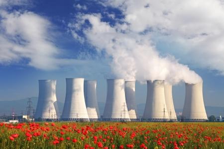 Centrale nucléaire avec un champ rouge Banque d'images - 22750440