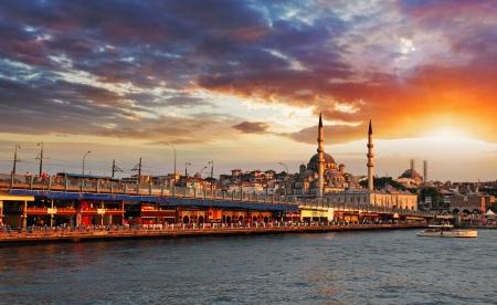 太陽が劇的な夕日にイスタンブール