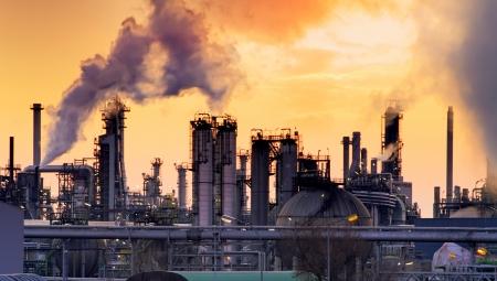 calentamiento global: Chimenea en la fábrica con el cielo amarillo y nubes