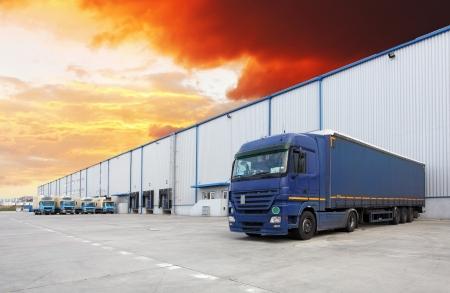 Vrachtwagen bij pakhuis Stockfoto