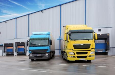 Camions dans la construction de l'entrepôt Banque d'images