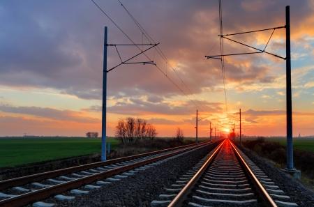 Spoorweg op een mooie dramatische zonsondergang