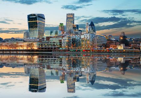 夕暮れイングランド、英国ロンドンのスカイライン 写真素材