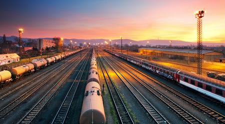 ferrocarril: Tren freigt Cargo estaci�n de ferrocarril en la oscuridad