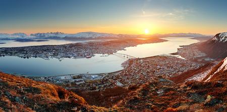 ノルウェー都市パノラマ - 日没でトロムソ