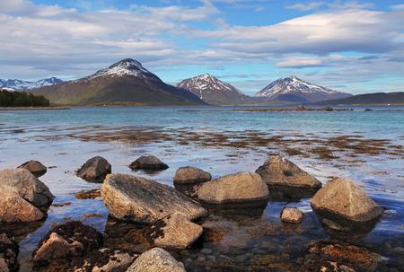 montañas nevadas: Costa en Noruega