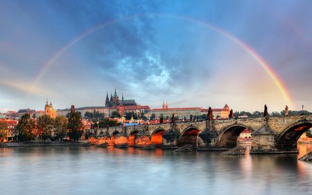 Regenboog over het kasteel van Praag, Tsjechië Stockfoto - 30641608