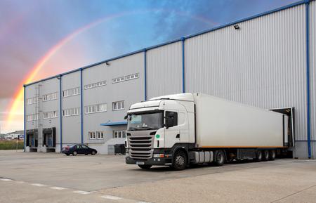 Transporte de Carga - Camiones en el almacén