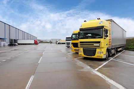 창고에 노란색 트럭 스톡 콘텐츠